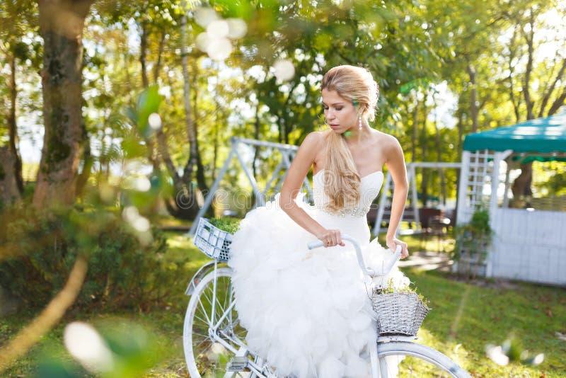 Vrij jonge bruid met fiets stock foto