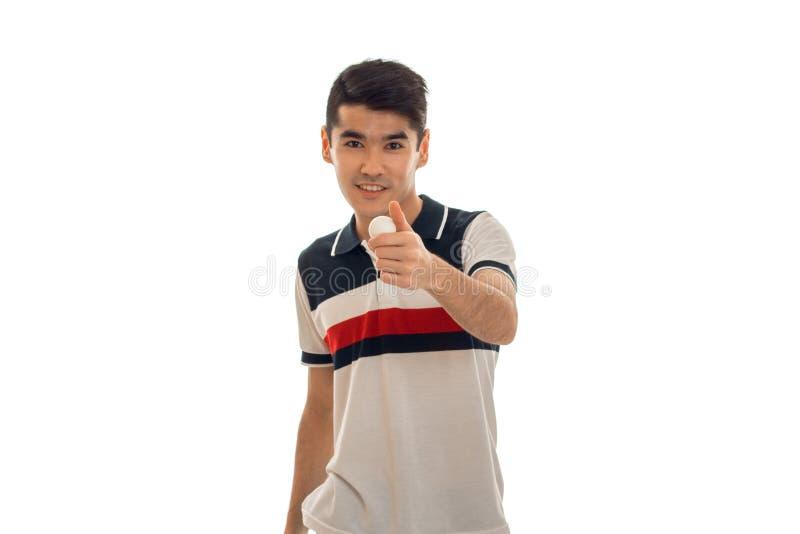 Vrij jonge brunettmens met pingpongbal in handen die op witte achtergrond wordt geïsoleerd stock foto's