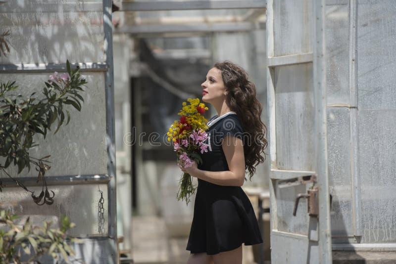 Vrij jonge dame die een boeket van bloemen houden royalty-vrije stock foto