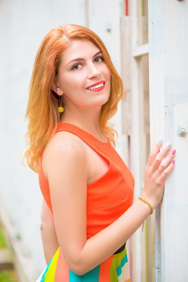 Vrij jonge dame met het mooie glimlach stellen stock foto's