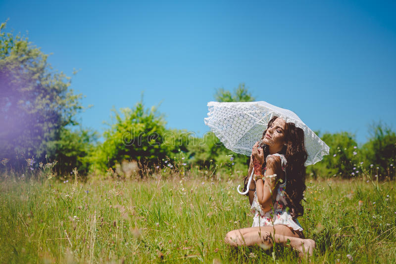 Vrij jonge dame onder witte parasol stock foto's