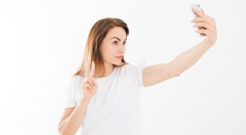 Vrij jonge gelukkige vrouw die selfie op smartphone en aanrakingen zijn hals over wit maakt royalty-vrije stock fotografie