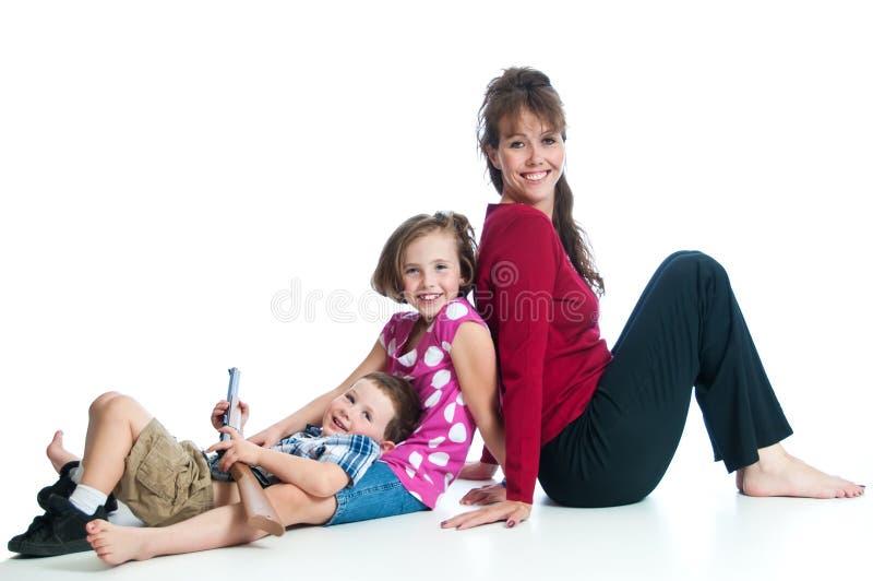 Vrij jonge moeder met haar twee kinderen stock fotografie