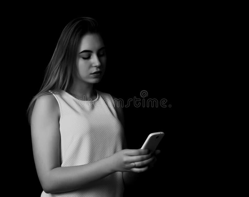 Vrij jonge smartphone van het meisjesgebruik stock foto