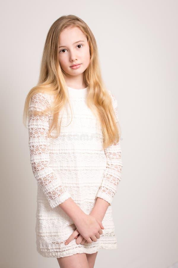Vrij Jonge Tiener in Witte Kleding stock fotografie