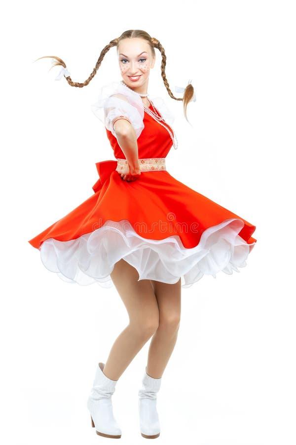 Vrij jonge vrolijke vrouw met belachelijke vlechten in Russisch volkskostuum stock afbeeldingen