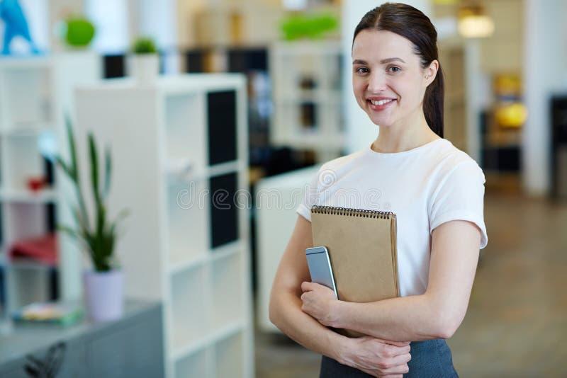 Vrij jonge vrouw in bureau stock fotografie