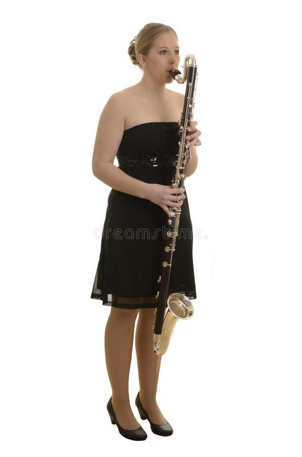 Vrij jonge vrouw die basklarinet spelen stock afbeelding