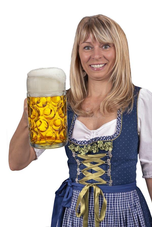 Vrij jonge vrouw die een glas bier houden in Oktoberfest in München royalty-vrije stock foto's