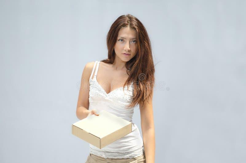 Vrij jonge vrouw die een kleine doos geeft stock fotografie