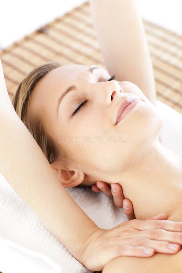 Vrij jonge vrouw die een massage krijgt royalty-vrije stock foto