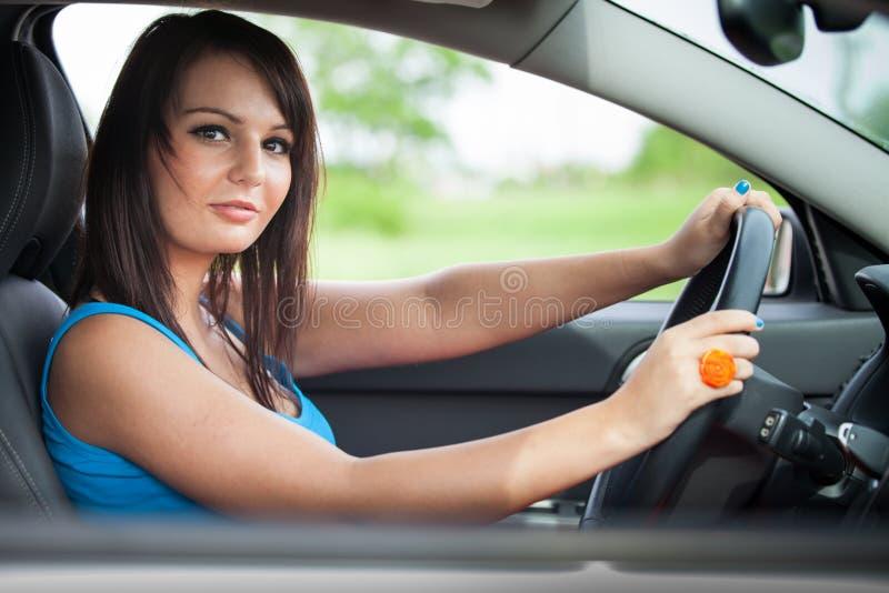 Vrij jonge vrouw die haar auto drijft royalty-vrije stock foto's