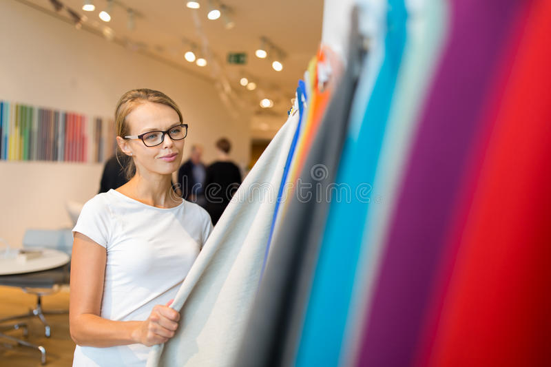 Vrij jonge vrouw die het juiste materiaal/de kleur kiezen stock foto