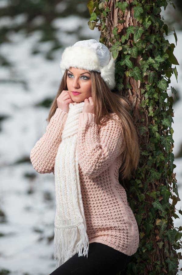 Vrij jonge vrouw in een schot van de de wintermanier royalty-vrije stock afbeelding
