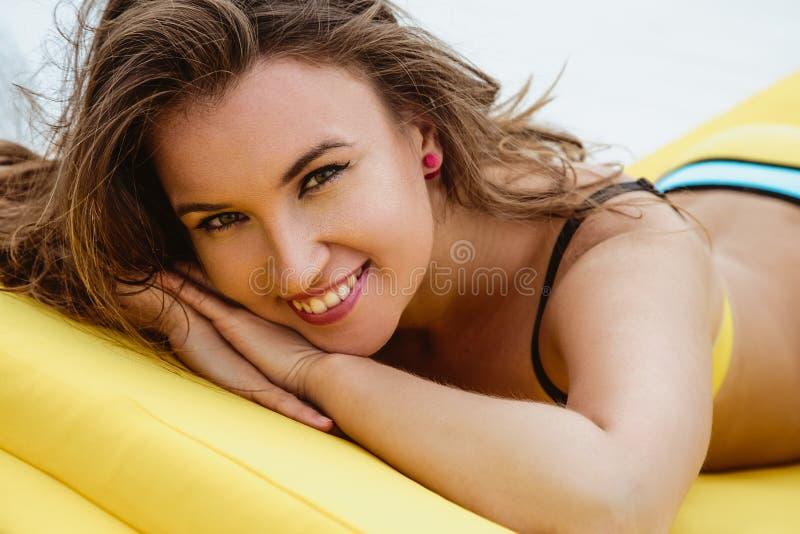 Vrij jonge vrouw in heldere de zomerbikini op een strandlanterfanter stock fotografie