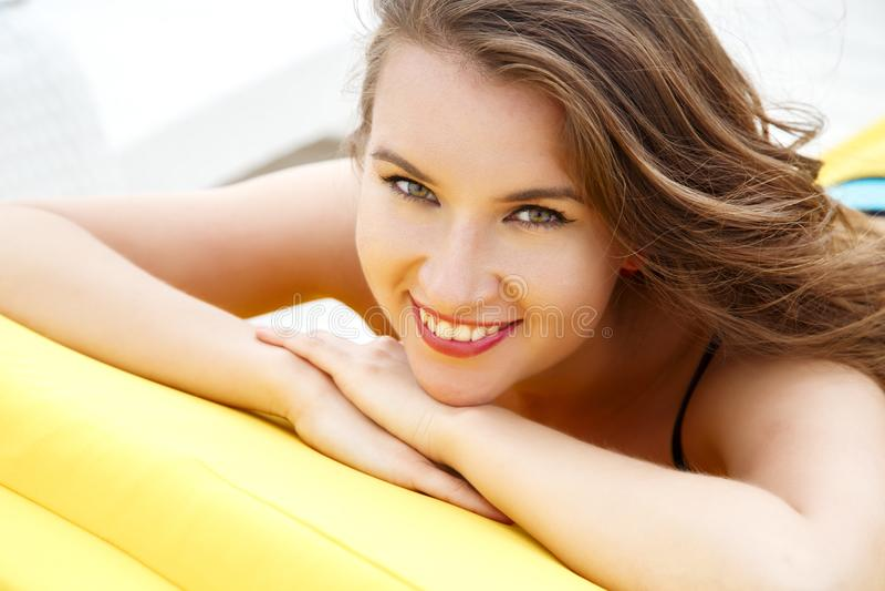 Vrij jonge vrouw in heldere de zomerbikini op een strandlanterfanter royalty-vrije stock fotografie
