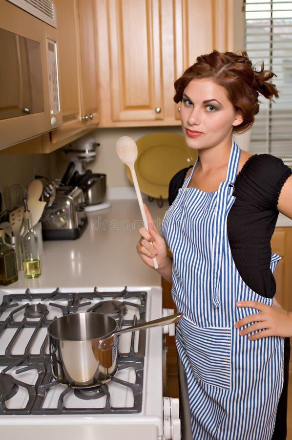 Vrij jonge vrouw in keuken royalty-vrije stock foto's
