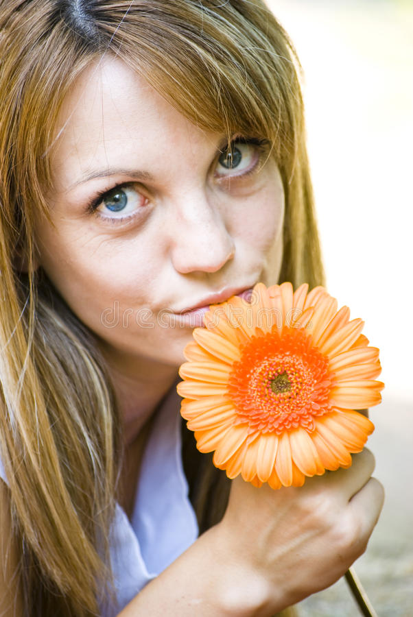 Download Vrij jonge vrouw met bloem stock afbeelding. Afbeelding bestaande uit blauw - 10779477