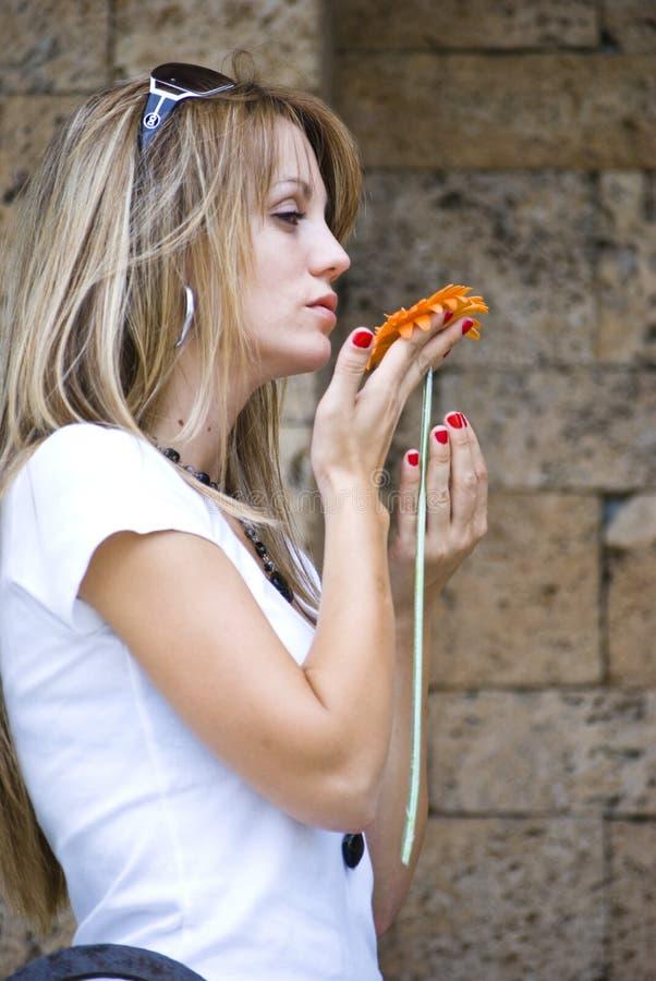 Download Vrij jonge vrouw met bloem stock foto. Afbeelding bestaande uit park - 10779546
