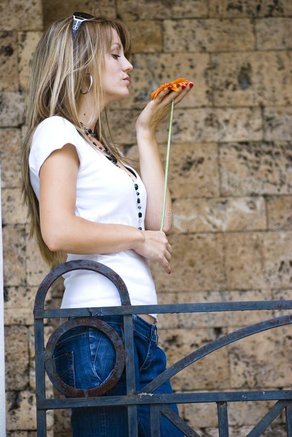 Download Vrij jonge vrouw met bloem stock afbeelding. Afbeelding bestaande uit bloesem - 10779551