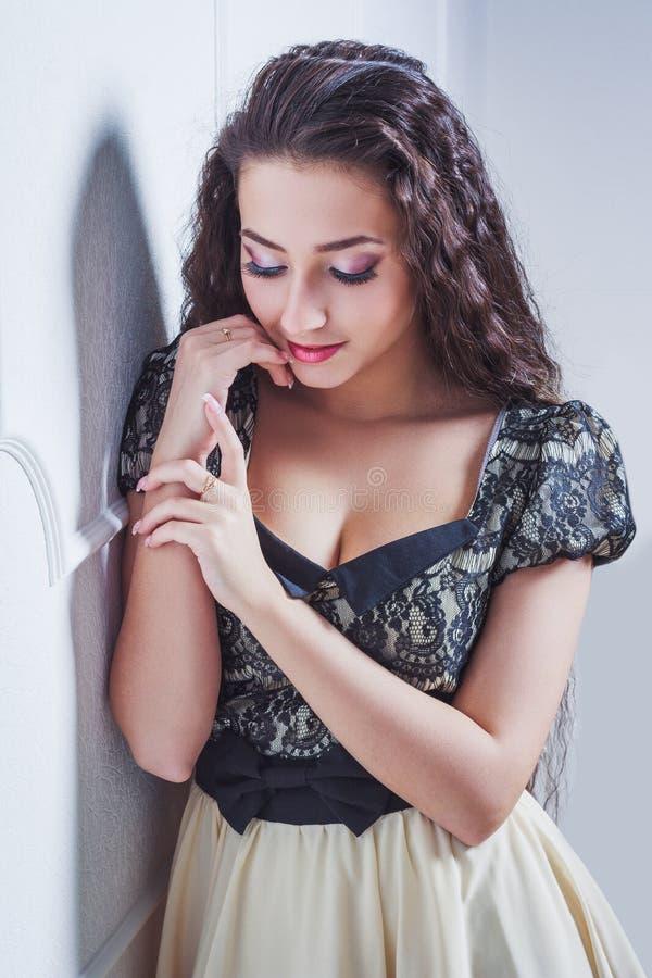 Vrij jonge vrouw met gesloten ogen stock fotografie