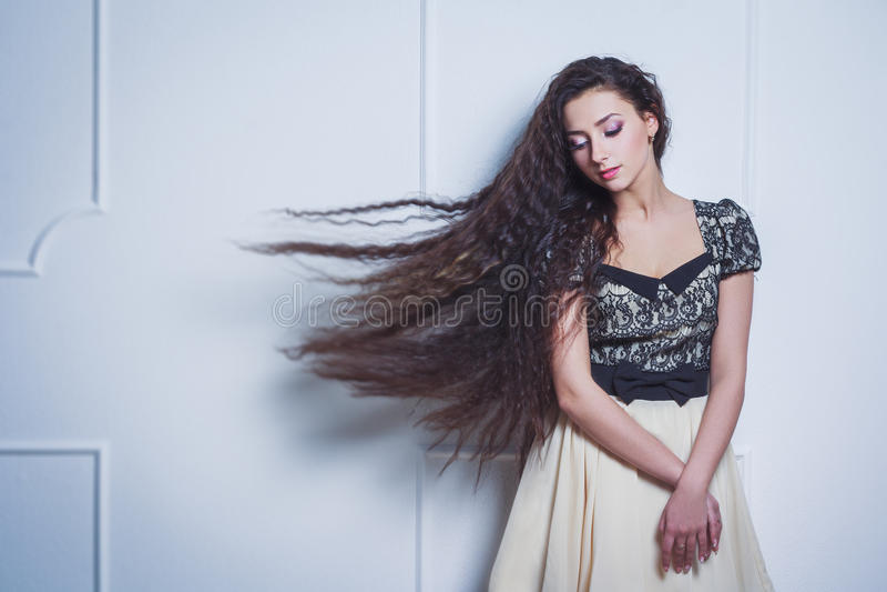 Vrij jonge vrouw met gesloten ogen en lang haar stock foto