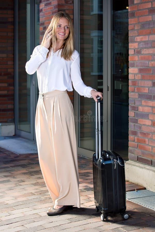 Vrij jonge vrouw met koffer stock foto's