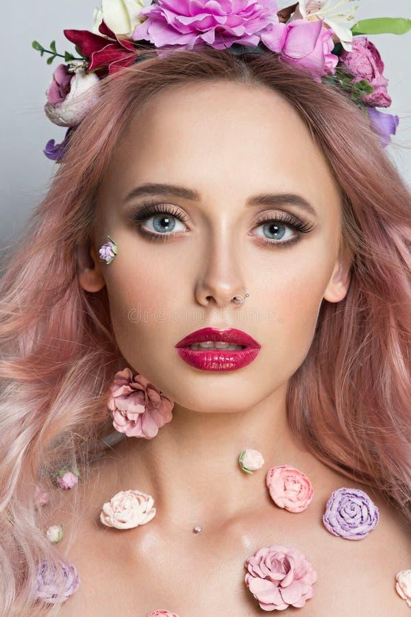 Vrij jonge vrouw met Kroon van Roze Bloemen stock afbeeldingen