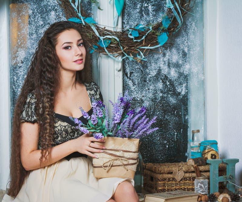 Vrij jonge vrouw met lavanda in rustiek binnenland stock foto