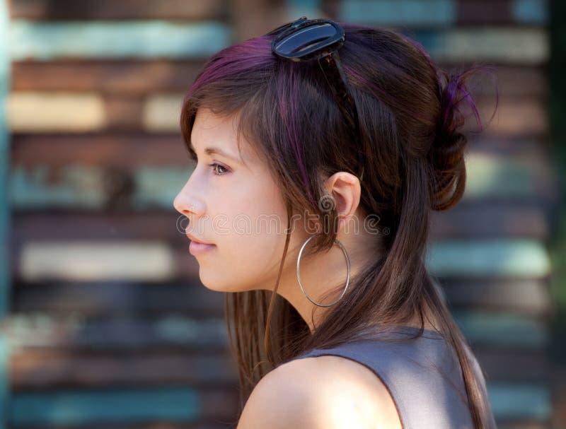 Vrij Jonge Vrouw met Purpere Stroken in Haar royalty-vrije stock afbeeldingen