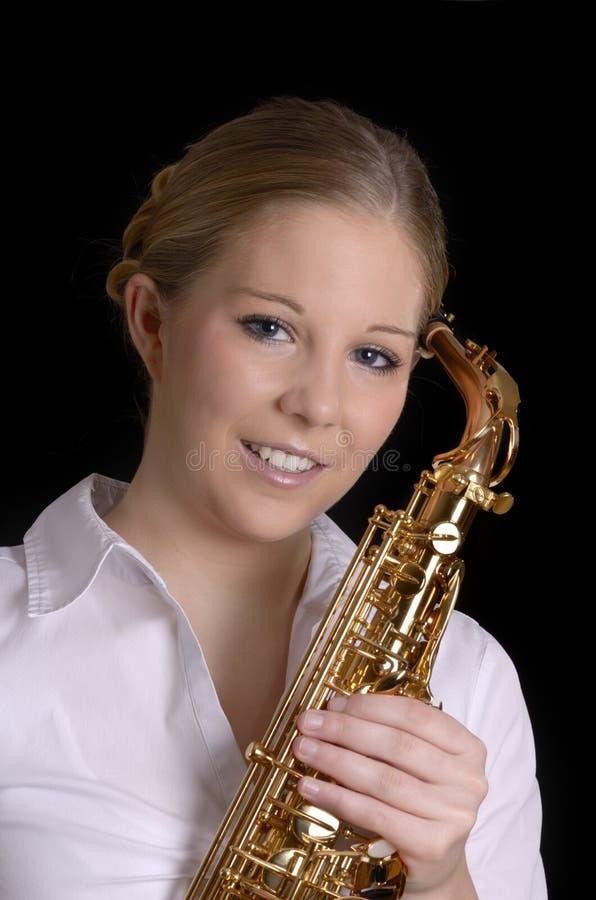 Vrij jonge vrouw met saxofoon het glimlachen stock foto