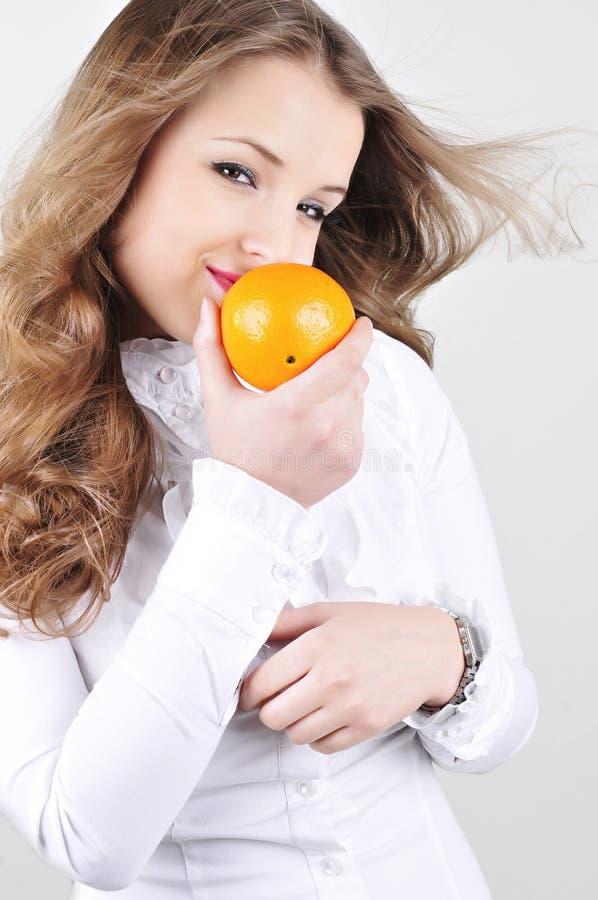 Vrij jonge vrouw met sinaasappel. royalty-vrije stock foto