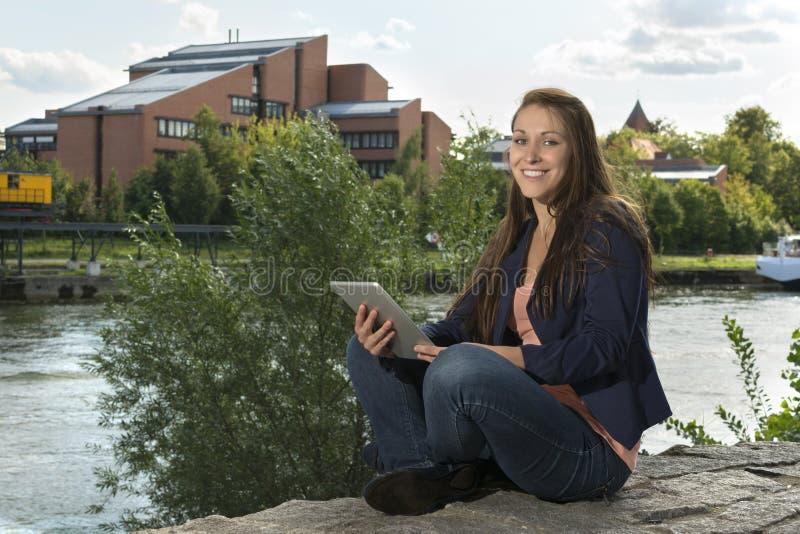 Vrij jonge vrouw met tabletpc stock afbeelding