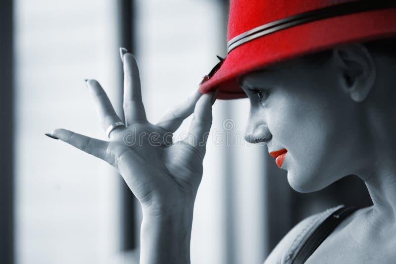 Vrij jonge vrouw in rode hoed stock afbeelding