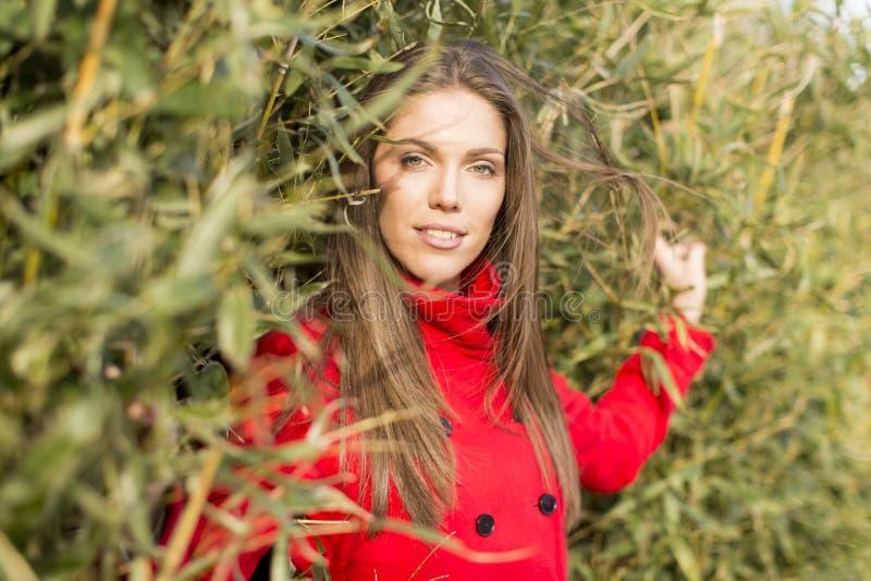 Vrij jonge vrouw in rode laag stock foto's