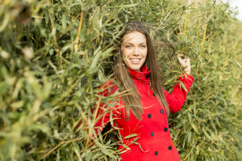 Vrij jonge vrouw in rode laag royalty-vrije stock afbeeldingen