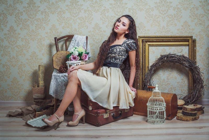 Vrij jonge vrouw in rustiek binnenland stock fotografie