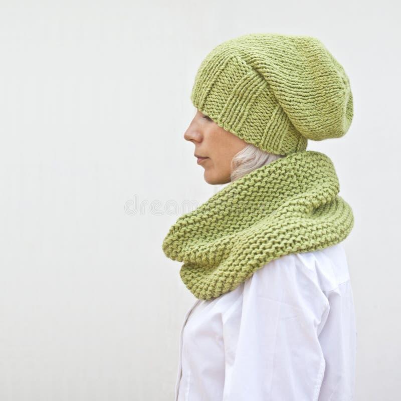 Vrij jonge vrouw in warme groene gebreide hoed en haarband royalty-vrije stock afbeelding