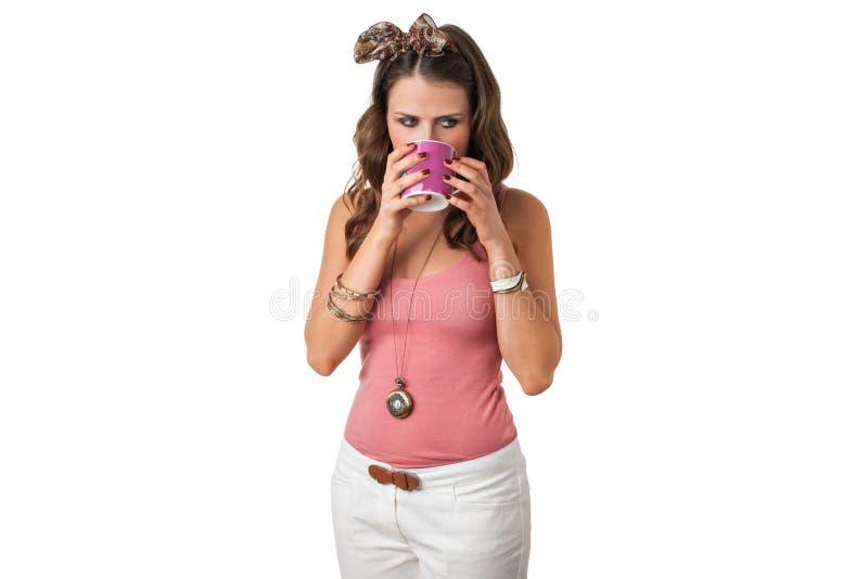 Vrij jonge vrouwelijke het drinken drank van een kop royalty-vrije stock fotografie