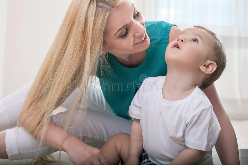 Vrij jonge vrouwelijke ouder met haar klein jong geitje royalty-vrije stock afbeeldingen