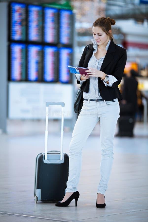 Vrij jonge vrouwelijke passagier bij de luchthaven royalty-vrije stock afbeelding