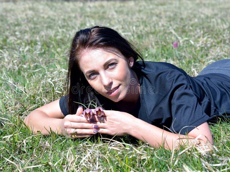 Vrij jonge vrouwen ruikende bloem stock afbeelding