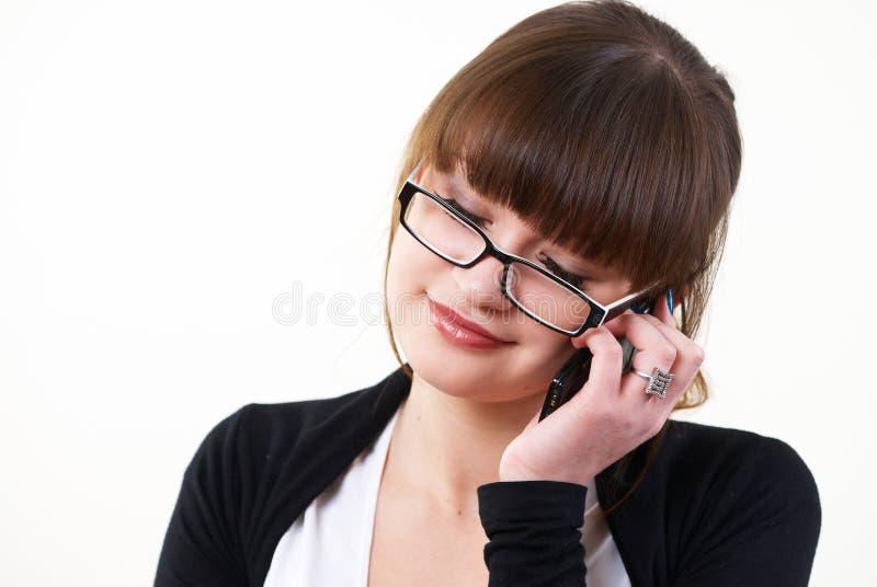 Vrij jonge vrouwenbesprekingen door mobiele telefoon royalty-vrije stock afbeeldingen