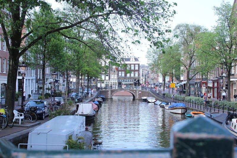 Vrij kanaal van Amsterdam met boten royalty-vrije stock afbeeldingen