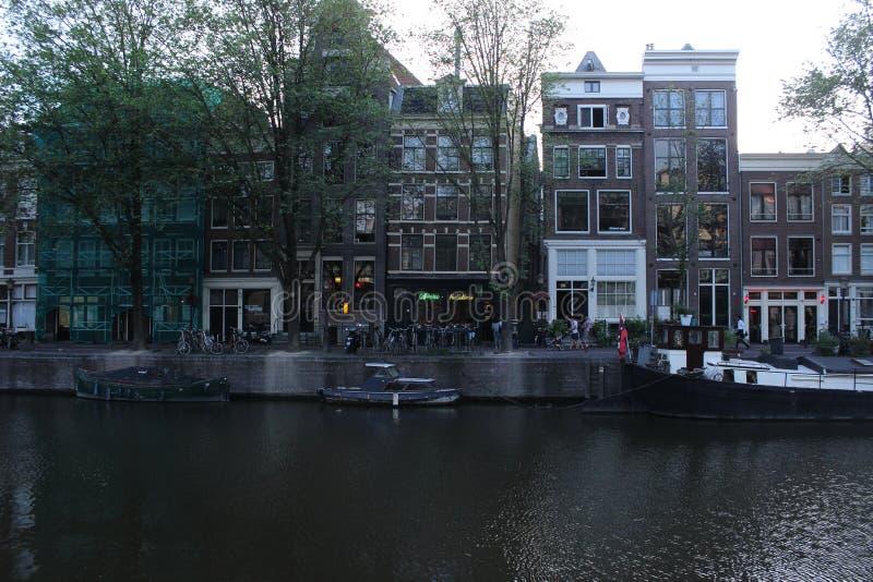 Vrij kanaal van Amsterdam met boten royalty-vrije stock afbeelding