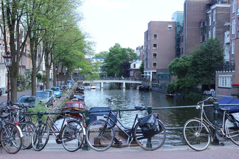 Vrij kanaal van Amsterdam met boten royalty-vrije stock foto's