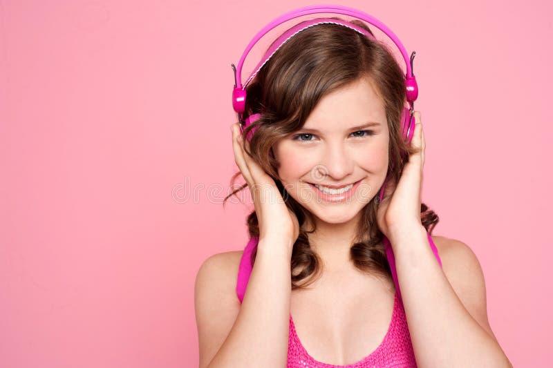 Vrij Kaukasisch meisje dat in muziek wordt gestemd royalty-vrije stock fotografie