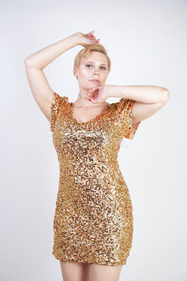 Vrij Kaukasisch plus het meisje van het grootteblonde met plus groottelichaam en grote borsten die gouden korte strakke partijkle stock fotografie