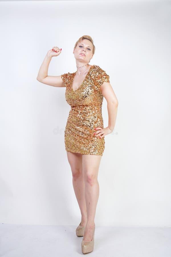 Vrij Kaukasisch plus het meisje van het grootteblonde met plus groottelichaam en grote borsten die gouden korte strakke partijkle royalty-vrije stock foto's