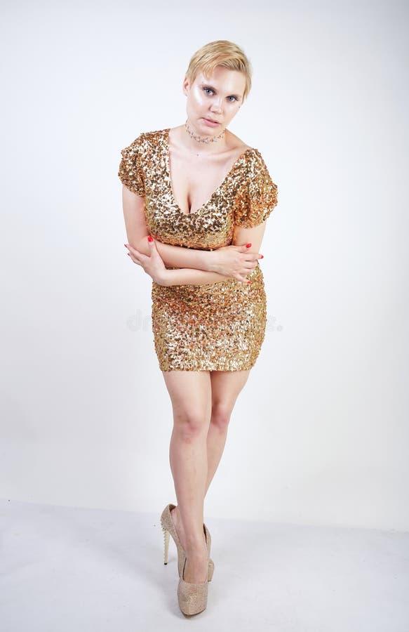 Vrij Kaukasisch plus het meisje van het grootteblonde met plus groottelichaam en grote borsten die gouden korte strakke partijkle royalty-vrije stock afbeeldingen